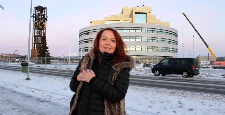 Catrin Kuoppa framför nya stadshuset i Kiruna, som ligger i topp för heltid.
