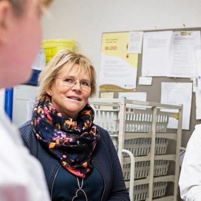 porträtt på tre kvinnor på en sjuksköterskeexpedition på en vårdavdelning. Ulla Olofsson i mitten.