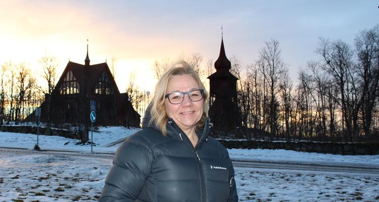 Camilla Hagenlöv framför Kiruna kyrka, tema heltid.