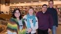 Fyra bibliotekarier i bibliotek, hot- och våldsutbildning.