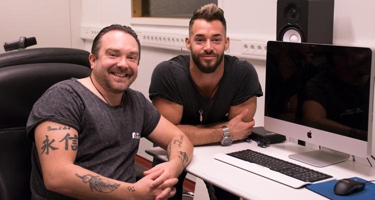 Två män i studio framför dator.