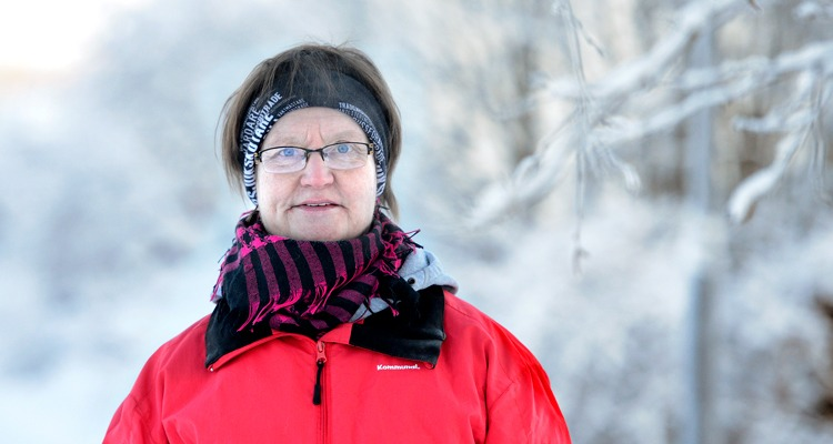 Halvporträtt kvinna i vintrigt landskap, tema Vård i annans hem.