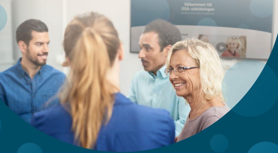 Fyra glada personer samtalar i kontorsmiljö, illustrerar OSA-utbildningen.