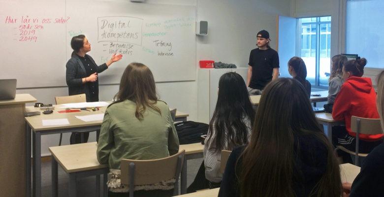 Ryggtavlor elever, lärare vid whiteboard, tema närvarokontroll med ansiktsigenkännning.