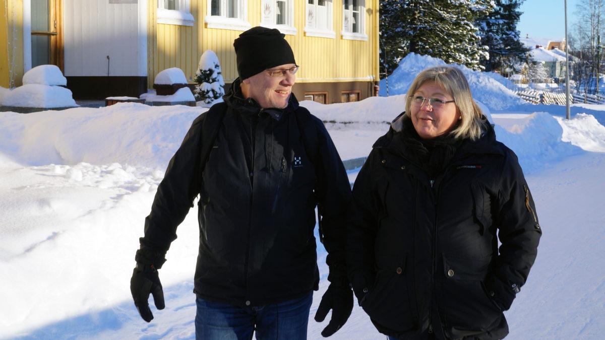 Man och kvinna promenerar på gata vintertid, tema stress och balans.