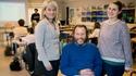 Rektor och två lärare i klassrum.