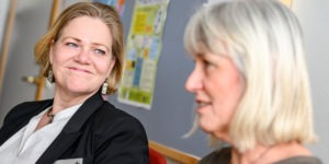 Närbild av två kvinnliga chefer i ett arbetsrum i en skola.
