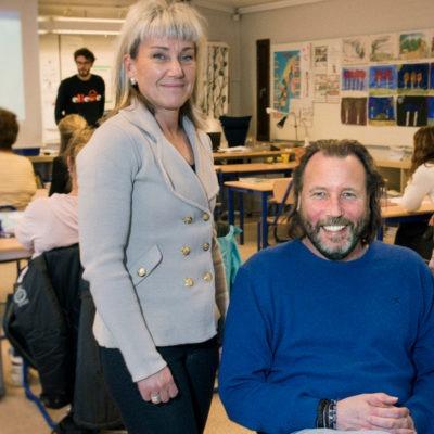 Rektor och två lärare i ett klassrum.