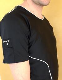 bålen på en man som bär en svart tröja - en så kallad smart tröja.