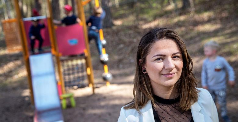 Amra Avdispahic, förskolechef i Mjölby, framför en lekställning med lekande barn.