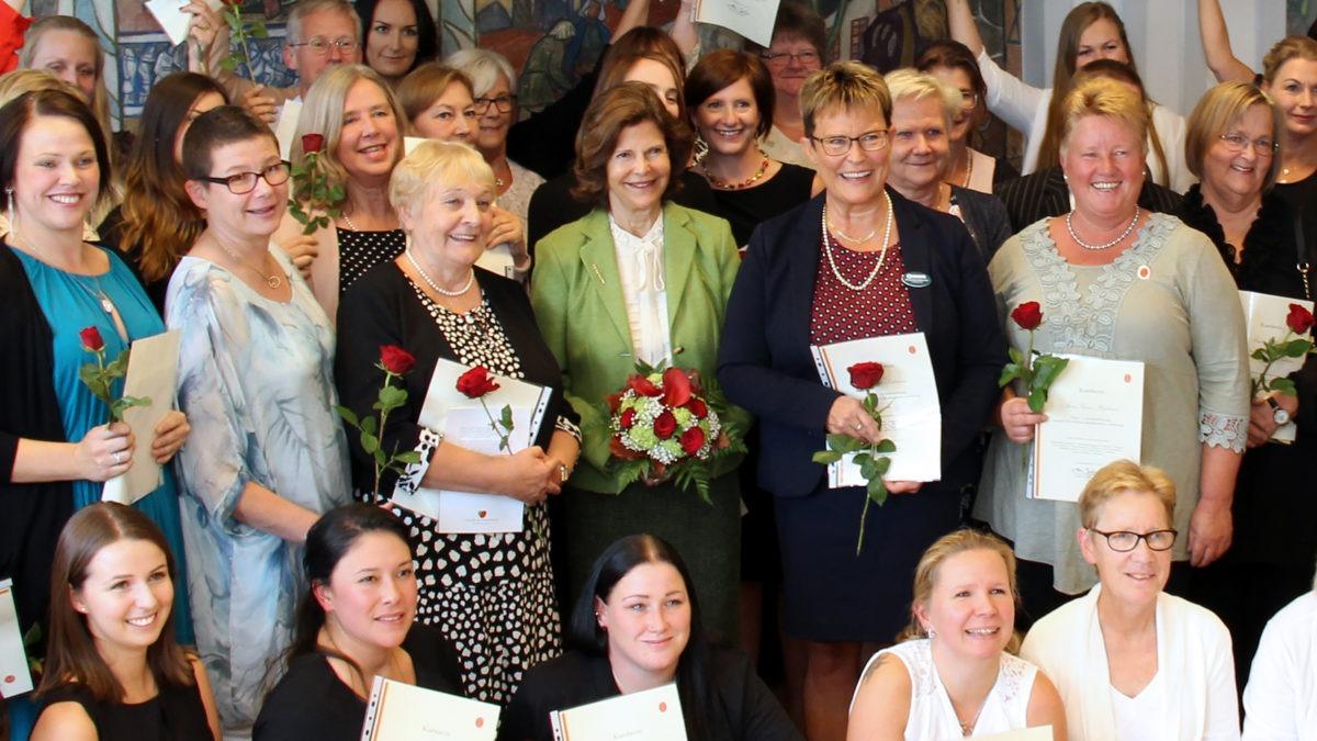 Gruppbild på anställda på avd 1 Norrtälje sjukhus tillsammasn med Drottning Silvia i mitten av gruppen.