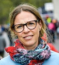 Kristina Skogberg på skolgården med en färgrann sjal.