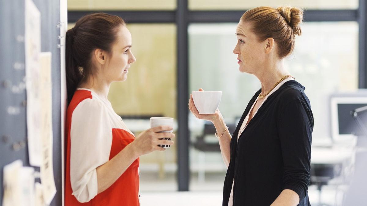 Kvinnor i diskussion på kontor.