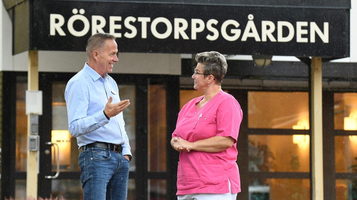 Områdeschefen Joe Aronsson och skyddsombudet Samira Mesinovic pratar med varandra framför entrén. till Rörestorpsgården