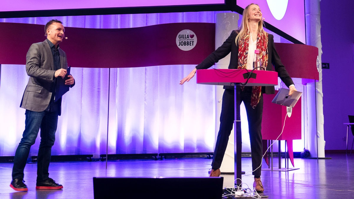 Jan Bylund och Maria Blom skrattar på podiet på Gilla Jobbet.
