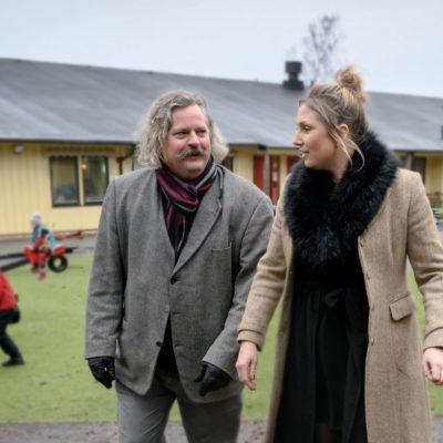 Stefan Nilsson och Filippa Körner på förskolans Bergshöjdens gård.