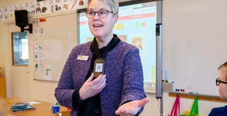 Mikrofon och högtalare bildar en ljudutjämning i klassrummet.