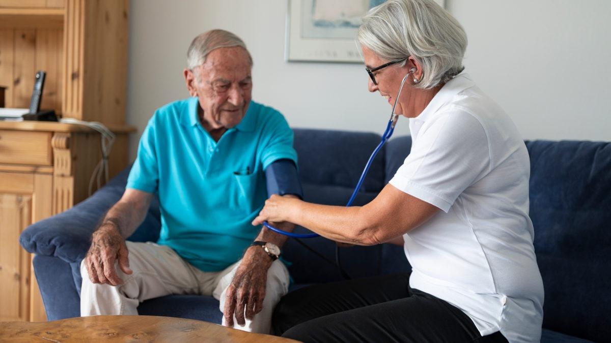 Vård sker allt oftare i patienters hem. Då finns det mycket att vinna på att samordna arbetet som rör vårdgivarens arbetsmiljö, med det som rör patientens säkerhet.