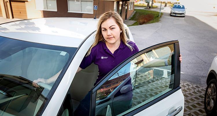 Jessica Karlsson stiger in i hemtjänstbilen.