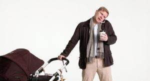 Man med barnvagn talar i telefon