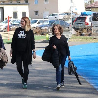 Madde Lind, Karin Rehnström och Ulla Lundberg på promenad.