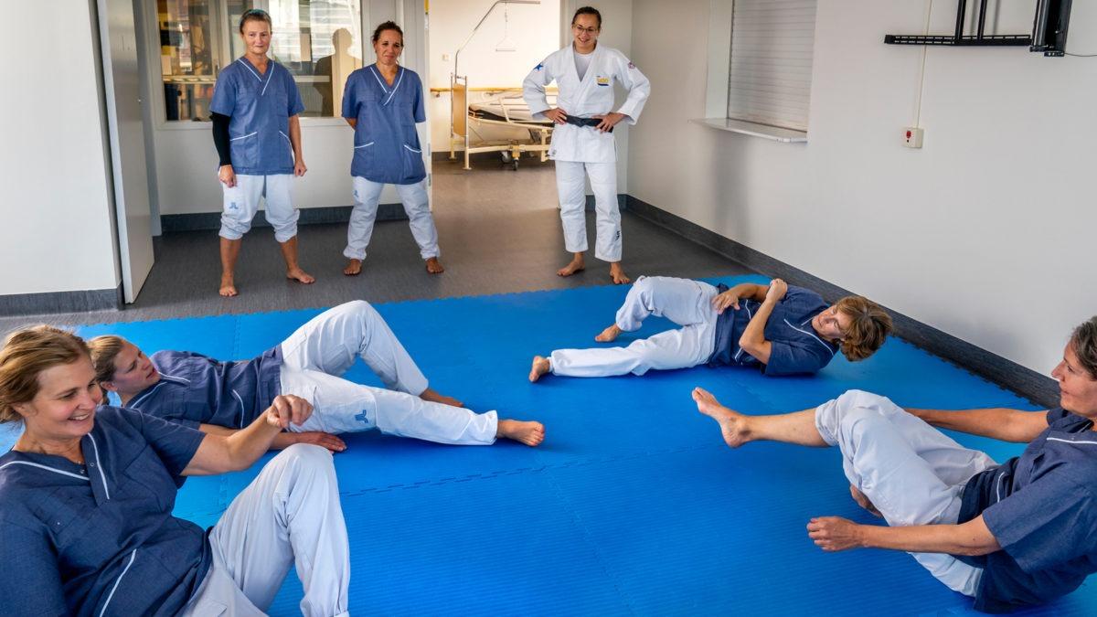 Vårdpersonal tränar på att falla med hjälp av judo