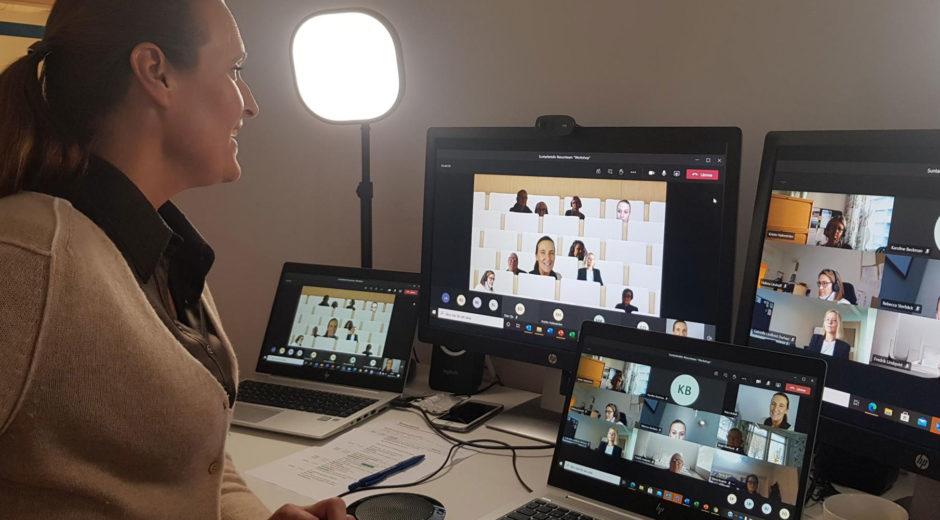 Suntarbetslivs verksamhetsutvecklare Petra Bollvik håller i ett digitalt möte på fyra skärmar.
