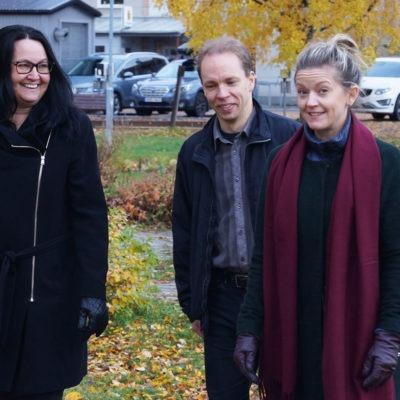 Kommundirektören Therese Berg på höstpromenad i sällskap med två personer.