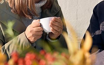 Händer håller i en kaffekopp