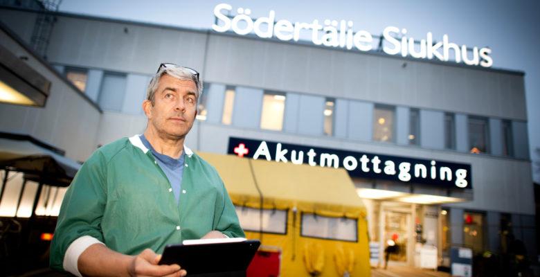 Håkan Kalzén utanför entrén till Södertälje sjukhus akutmottagning