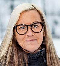 Marlene Fällgren utomhus med snö bakom. Hon har långt hår och glasögon.