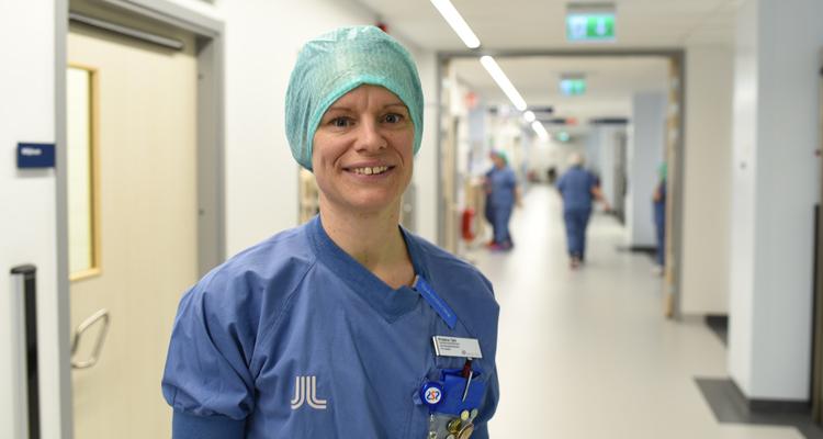 Kristina Tärk i en sjukhuskorridor
