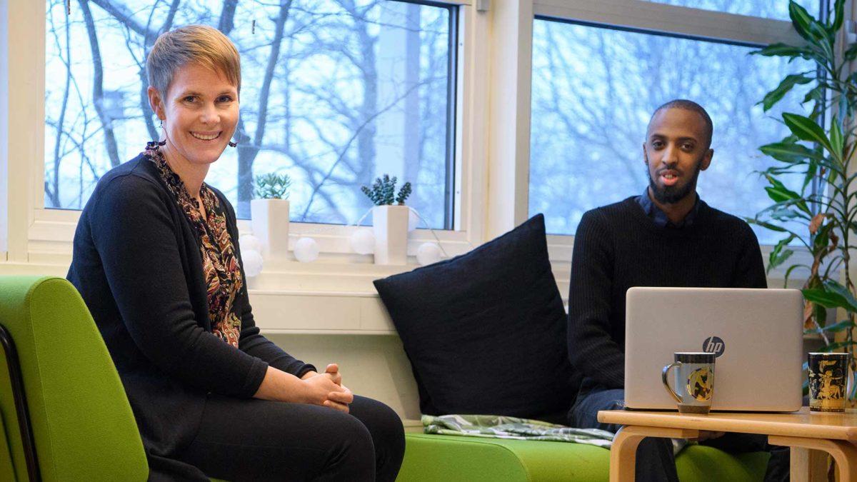 Hanna Bäck och Mohamed Sadik i varsin grön fåtölj.
