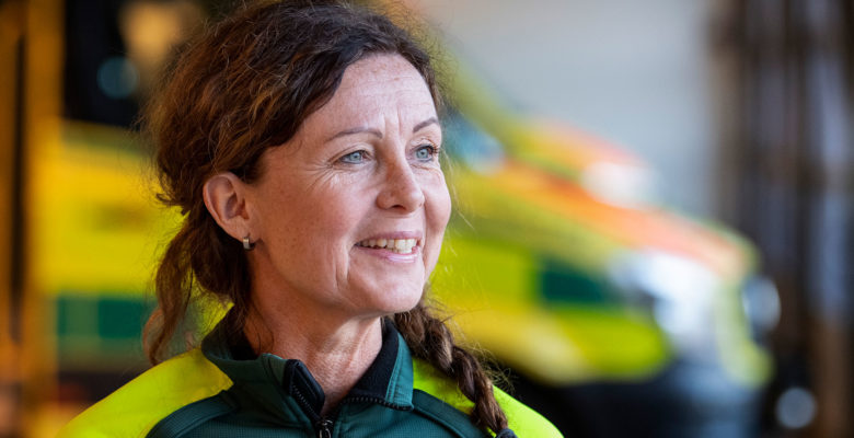 Marie Johansson står framför en ambulans.