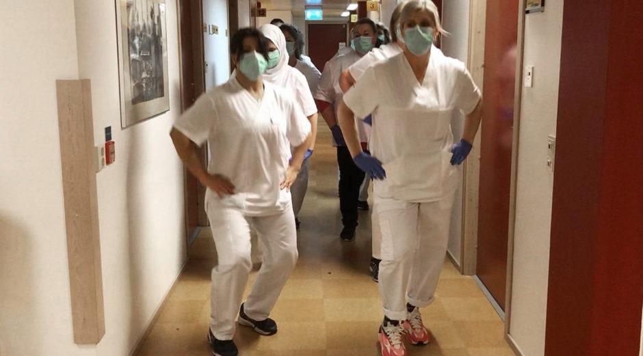 Personalen på vårdcentralen i Vä dansar i korridoren.