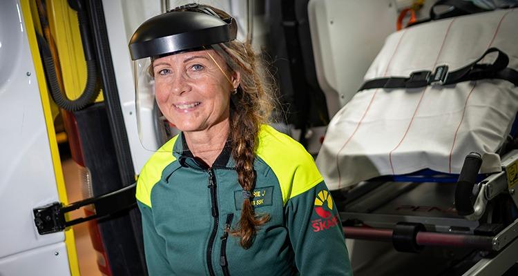 Skyddsombudet Marie Johansson sitter i ambulansen.