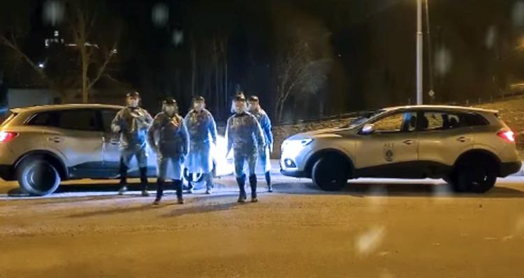 Nattpatrullen i Ale dansar framför sina bilar.