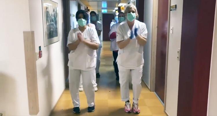 Personal dansar i korridor på vårdcentralen i Vä .