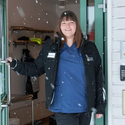 Snän yr runt huvudskyddsombudet Anna-Karina Herrström i entrén till boendet Ventilen.