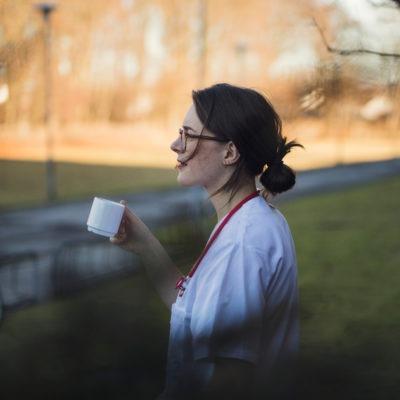 Vårdpersonal tar en lugn paus och dricker kaffe