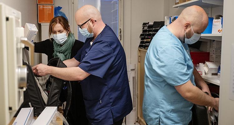 Sjuksköterskorna Tobias Ångqvist och Dennis Kallin gör sig i ordning för kvällens arbete. Ingela Lundström.
