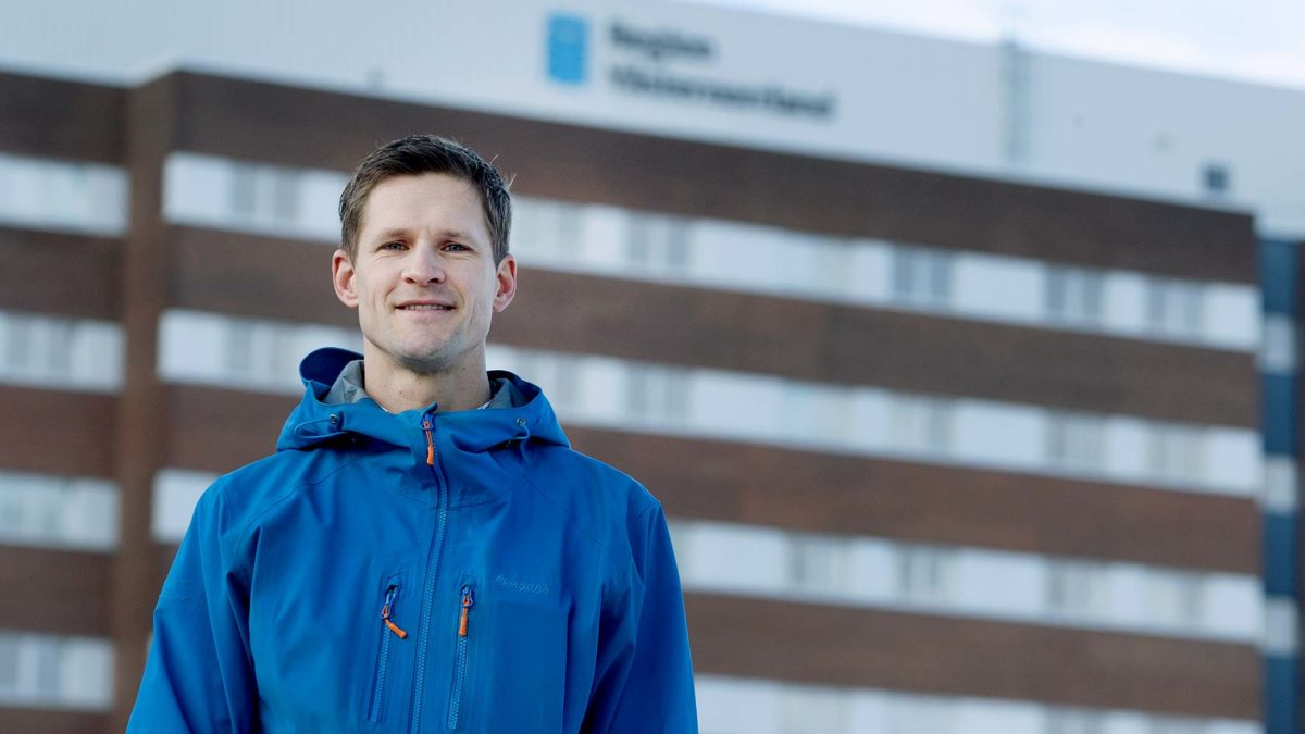 Daniel Carlsson står utomhus framför regionens hus.