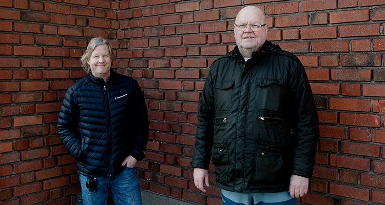 Chefen Niklas och skyddsombudet Hans står tillsammans utomhus.