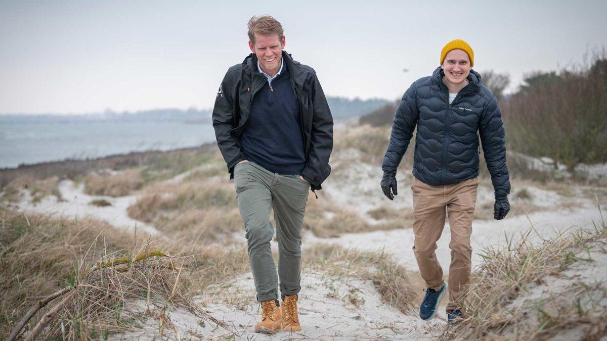 Filip Wiqvist och Anton Larsson promenerar på Lomma strand.
