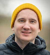 Porträtt på Anton Larsson i mössa.