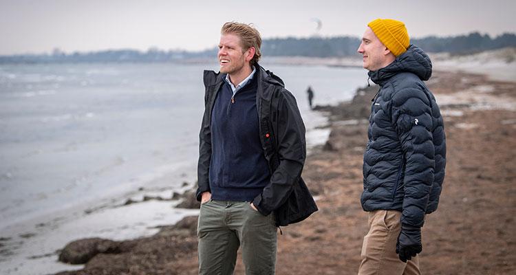 Filip Wiqvist och Anton Larsson på stranden i Lomma en blåsig dag.