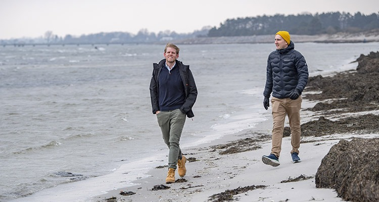 Filip Wiqvist och Anton Larsson promererar i vattenbrynet.