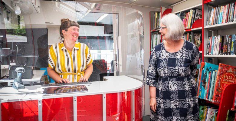Anna Palm Kåberg och Birgitta Edvardsson i biblioteksbussen.