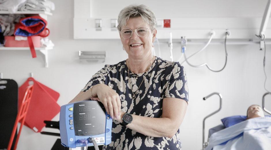Leende kvinna i sjukhusmiljö, Ingela Andersson har personlig tjänst.