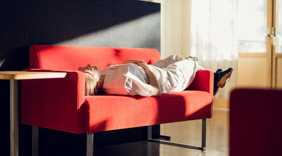 Läkare vilar under en varm dag på jobbet